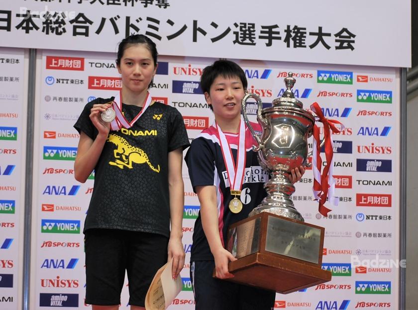 Aya Ohori (left, runner-up); Akane Yamaguchi (winner)