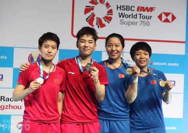 Women's doubles podium: Du Yue / Li Yinhui (CHN, silver); Chen Qingchen / Jia Yifan (CHN, gold)