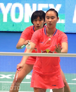 Tang Yuanting (left) and Bao Yixin at the 2015 All England