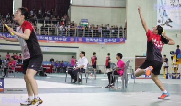 Yoon Min Ah and Gong Hee Yong of Jeonbuk Bank