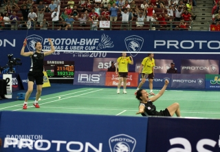 Ha Jung Eun and Lee Kyung Won at the end of the 2010 Uber Cup final