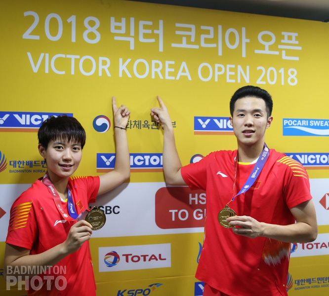 Du Yue (left, the 39th highest-paid player) and He Jiting (45th)