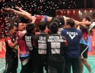 chou-tien-chen-held-aloft-by-team-musica_rotator-djarum-superliga2013