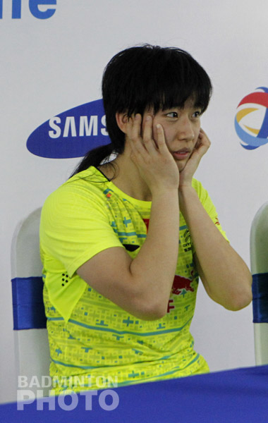 Chinese news site Tencent Sports reported yesterday that 22-year-old Tang Yuanting, too, was surprised to hear the BWF announce her retirement. Photo: Yves Lacroix for Badmintonphoto According to the Tencent […]