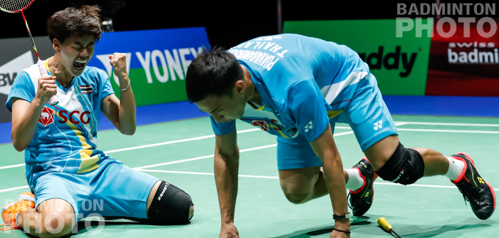 Semi-finals day at the World Championships ended with two upsets of 2018 finalists from China, and Dechapol Puavaranukroh / Sapsiree Taerattanachai become the first Thais ever to reach a doubles […]