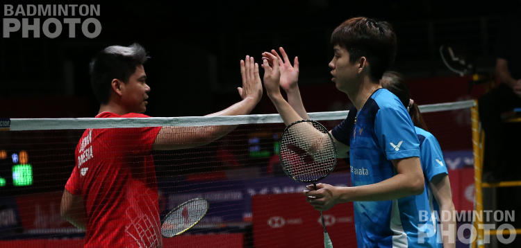 Malaysians and Koreans figured in the first big upsets at the Malaysia Masters, beginning with local youngsters Man/Tan offing the 5th seeds Jordan/Oktavianti. By Don Hearn, Badzine correspondent live in […]
